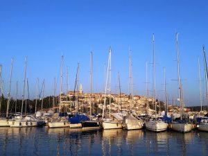 Vrsar, der Hafen mit der Stadt